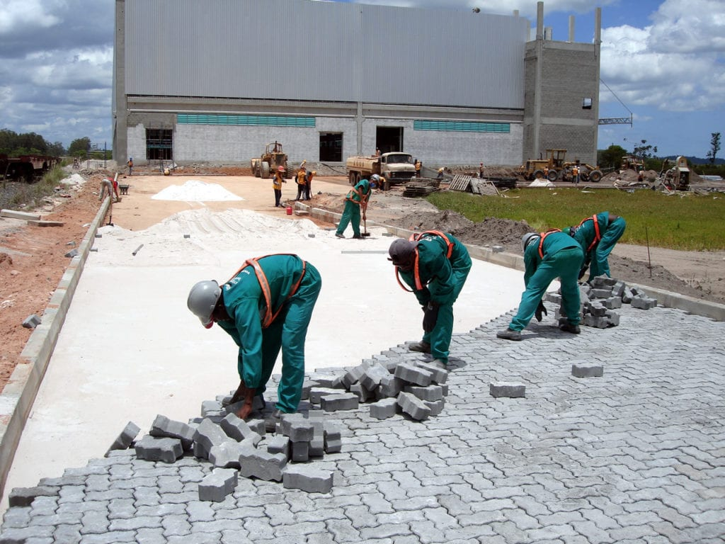 Equipe da Concretiza fazendo aplicação de piso em uma obra.